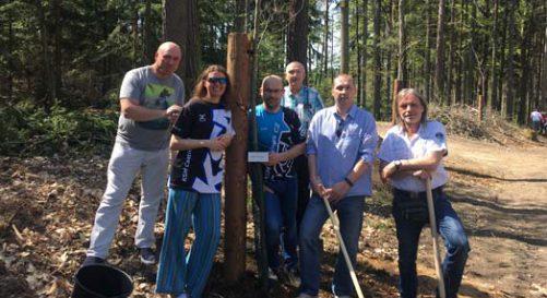 KSM Castings CZ a.s. hilft beim Pflanzen einer Allee in Frýdlant